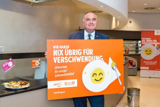 """Michael Freitag, Country President Sodexo Austria, mit Plakat zur Initiative """"Nix übrig für Verschwendung"""" , Abdruck honorarfrei"""