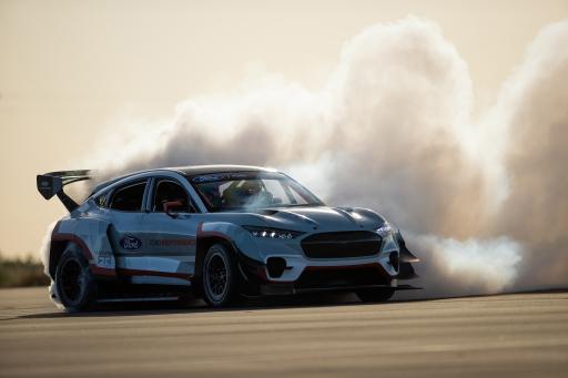 """Ford will die Fans von Performance-Fahrzeugen in aller Welt bei der Goodwood SpeedWeek (Großbritannien) vom 16. bis 18. Oktober mit Auftritten der sportlichsten Prototypen und Serienmodelle der Marke begeistert. Zu den Highlights der Veranstaltung, die per Live-Stream übertragen wird, zählen die ersten Action-Bilder des kompromisslosen Elektro-Supersportlers Mustang Mach-E 1400 (Bild) und des dynamischen Ford Puma ST. Mit einer angepeilten Spitzenleistung von über 1.400 PS verkörpert der Mustang Mach-E 1400 eine besonders spektakuläre Ausprägung eines Elektroautos. Auf dem Goodwood Motor Circuit nahe der südenglischen Stadt Chichester wird Vaughn Gittin jr. - Gründer von RTR Vehicles, Motorsport-Champion und professioneller Drift-König - den Mustang Mach-E 1400 erstmals in Europa nach allen Regeln der Kunst """"reiten"""". / Weiterer Text über ots und www.ots.at / Die Verwendung dieses Bildes ist für redaktionelle Zwecke honorarfrei. Veröffentlichung bitte unter Quellenangabe: """"obs/Ford Motor Company (Austria) GmbH/LARRY CHEN"""""""