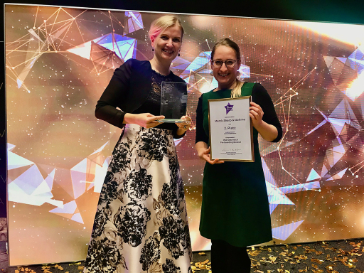 Verena Dischler, Human Resources Director MSD Austria und Bernadette Ziegler, Senior HR Project Manager MSD Austria, freuen sich über den Gewinn des HR Award in Silber in der Kategorie Employer Branding für ein Pre-boarding Booklet.