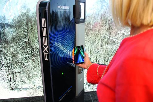 Sobald das Ticket in der App am Handy gespeichert ist, kann das Gate passiert werden. Und dies, ohne das Handy aus der Skijacke nehmen zu müssen.