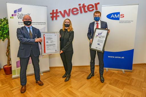 """Überreichung des TÜV AUSTRIA-Zertifikats für Diversity Management """"Zukunft Vielfalt"""" an das Arbeitsmarktservice Niederösterreich am 16.10.2020 in Wien..v.l.n.r.: Ing. Mag. (FH) Hermann Zeilinger (Lead-Auditor TÜV AUSTRIA), Karmen Frena MBA MA (Leitung Diversity Management AMS NÖ) und Mag. Sven Hergovich (Landesgeschäftsführer AMS NÖ)"""