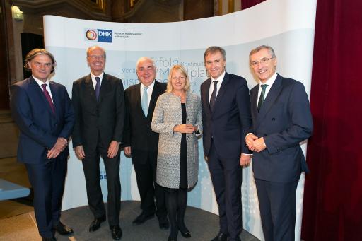BILD zu OTS - DHK Präsident Hans Dieter Pötsch (2.v.l.) mit (ganz links) Harald Pflanzl (BASF Österreich) und weiter v.l.n.r. Walter Rothensteiner (Österr. Raiffeisenverband), Elisabeth Hintermann (Mühldorfer GmbH & Co KG), Christian Jauk (Capital Bank - Grawe Gruppe AG) und Thomas Birtel (Strabag SE).