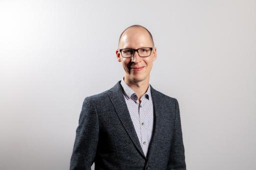 """Dr. Raffael Himmelsbach ist Politikwissenschaftler mit Spezialisierung auf die Schnittstelle zwischen Wissenschaft und Gesellschaft. Zuletzt hatte er eine leitende Stelle im """"Centre for Digital Life Norway"""". Gemeinsam mit Heinz Redl ist er paritätischer Co-Direktor der Forschungsgruppe """"SHoW""""."""