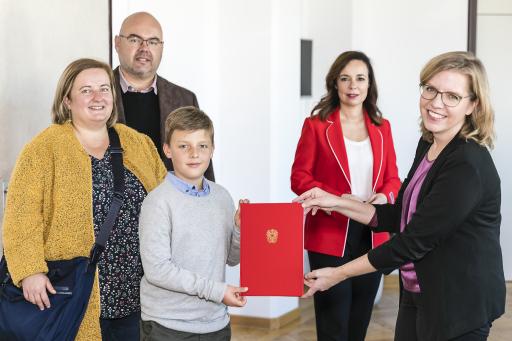 Leopold Winter, der jüngste Erfinder Österreichs, hat selbstständig ein Patent eingereicht und wird von Klimaschutzministerin Gewessler und Patentamtspräsidentin Karepova geehrt