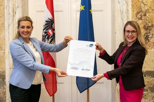Arbeitsministerin Aschbacher (links) und Wirtschaftsministerin Schramböck (rechts)