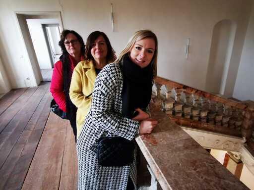 drei Frauen lehnen an Stiegengeländer