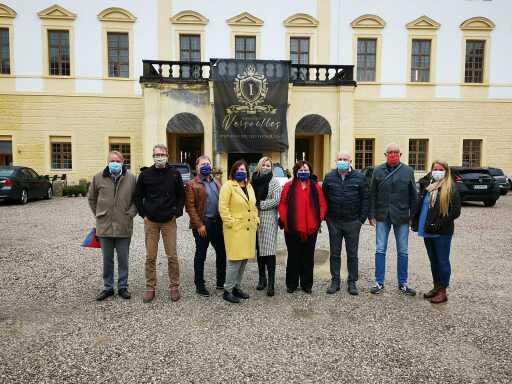 das Team der IMMO-CONTRACT Oberösterreich im weitläufigen Schlosshof