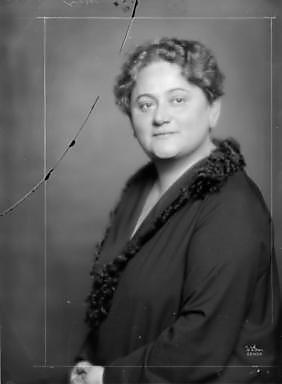Eugenie Schwarzwald in einem dunklen Kleid