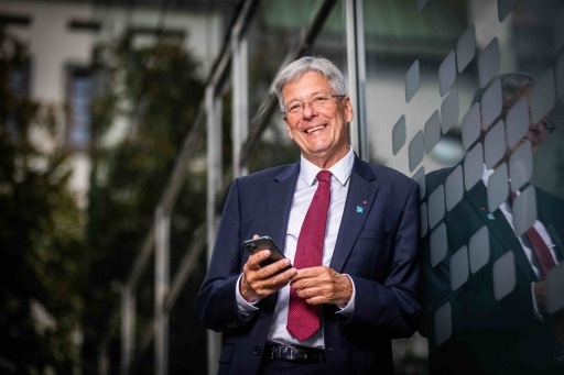 LH Peter Kaiser mit Smartphone