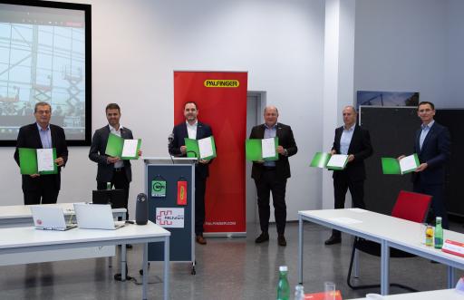 Die österreichische Delegation nach der Zeugnisverteilung - mit den Originalzeugnissen des WIFI International.