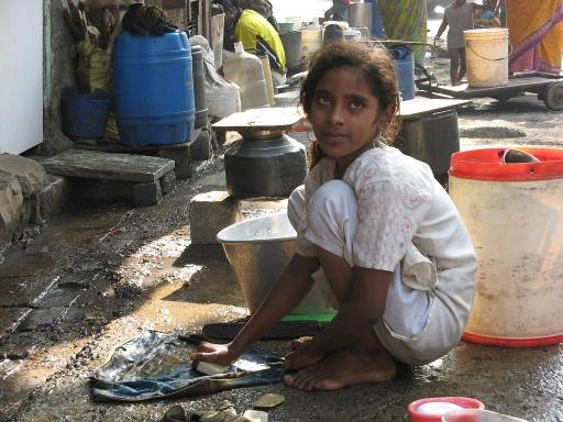 Junges Mädchen als Wäscherin in Mumbai