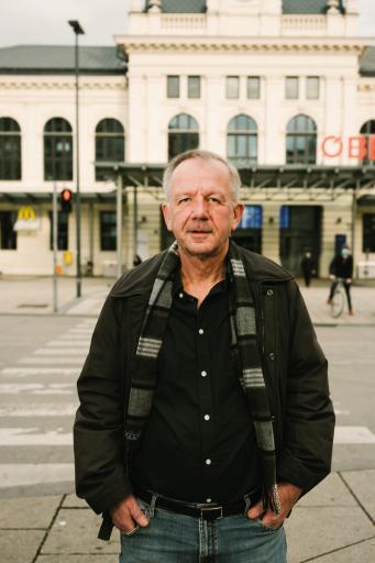 Christoph Gurk vor dem Bahnhof St. Pölten