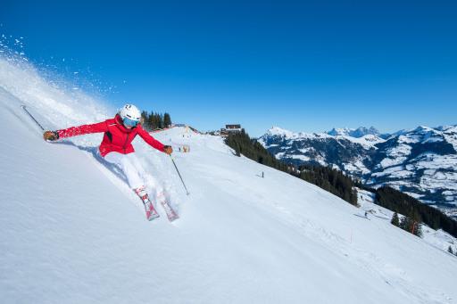 233 Abfahrtskilometer zwischen dem Hahnenkamm und dem Resterkogel führen durch das 575 ha weitläufige Skigebiet von KitzSki mit 57 Liftanlagen, wovon 14 mit Sitzheizung ausgestattet sind.