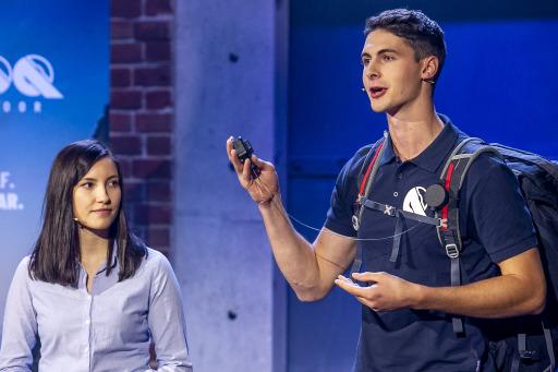 """Lukas Watzinger und Julia Schadinger stellten ihr Sicherungssystem """"REELOQ"""" bei der Fernsehshow """"2 Minuten 2 Millionen"""" den Investoren vor."""