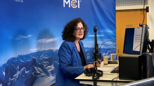 Claudia Mössenlechner leitet die virtuelle Konferenz am MCI zum Thema Digitales Lernen. ©MCI