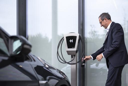 Die Heidelberg Wallbox Home Eco ist eine stationäre, preiswerte und qualitativ hochwertige Ladeinrichtung für E-Fahrzeuge, die fest an einer Wand, im Carport oder an einer Stele angebracht werden kann. Die Ladeleistung ist im Bereich bis 11 kW einstellbar. Bauweise und Funktion sind ausgesprochen robust, Wartungs- und Servicearbeiten sind nicht erforderlich. Zielgruppe sind Privatpersonen sowie Firmen und Kommunen, die mit der Ladestation ihre eigene Flotte von Elektrofahrzeugen bzw. die von Kunden und Besuchern wieder aufladen wollen. Im Vergleichstest des ADAC im Jahr 2019 ging die Heidelberg Wallbox Home Eco als Testsieger vom Platz.