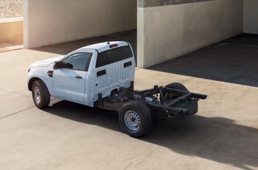 """Ford nimmt erstmals eine Fahrgestell-Variante des aktuellen Ford Ranger ins Programm. Zahlreiche Anwender, vom Bauwesen bis hin zu Rettungsdiensten, erhalten somit die Möglichkeit, auf der Basis von Europas meistverkauftem Pick-up und Gewinners des International Pick-up of the Year Award 2020 bedarfsgerechte Spezialfahrzeuge konfigurieren zu lassen. Das robuste Ranger-Fahrgestell verwendet eine Body-on-Frame-Konstruktion. Es handelt sich dabei um eine separate Karosserie, die auf einen starren Fahrzeugrahmen montiert wird, der auch den Antriebsstrang trägt. Ford rechnet damit, dass die Kombination aus zuschaltbarem Allradantrieb (Serie), Geländegängigkeit, Belastbarkeit und kraftstoffeffizientem 2,0-Liter-EcoBlue-Dieselmotor das Interesse vieler anspruchsvoller Kunden wecken wird. / Weiterer Text über ots und www.presseportal.de/nr/143363 / Die Verwendung dieses Bildes ist für redaktionelle Zwecke honorarfrei. Veröffentlichung bitte unter Quellenangabe: """"obs/Ford Motor Company (Austria) GmbH"""""""