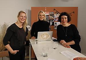 """Behind the Scenes beim KREATIVTAG ZUHAUSE: Die Redaktion im Live-Talk: Visual Director Eva-Maria Kowalczyk, FLOW- und HYGGE-Chefredakteurin Sinja Schutte und FLOW-Redaktionsleiterin Tanja Reuschling (v.l.) erklären, wie die Redaktion arbeitet. / Weiterer Text über ots und www.presseportal.de/nr/126032 / Die Verwendung dieses Bildes ist für redaktionelle Zwecke honorarfrei. Veröffentlichung bitte unter Quellenangabe: """"obs/Deutsche Medien-Manufaktur (DMM)/Axel Kirchhof"""""""