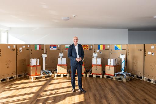 """Martin Engelmann, Vorsitzender der dm Geschäftsführung, beim Versand der Beatmungsgeräte in sechs dm Länder: """"Wir wollen einen kleinen Beitrag zur Sicherstellung der medizinischen Versorgung in unseren südeuropäischen Partnerländern leisten und unseren Mitarbeitern sowie Kunden zeigen, dass uns die europäische Solidarität gerade in der Krise ganz besonders am Herzen liegt!"""""""