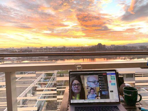 Ein Social Innovator des circle17 Impacthons fotografiert seinen Ausblick auf Wien und arbeitet gemeinsam an nachhaltigen Innovationen mit seinem interdisziplinären Team