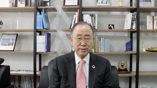 Ban Ki Moon spricht bei der virtuellen Sponsion am MCI zu den Absolventinnen und Absolventen.