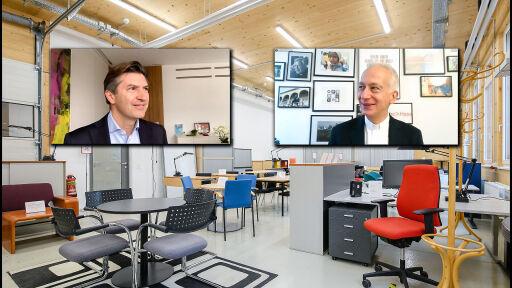 UniCredit Bank Austria CEO Robert Zadrazil und Caritas Präsident Michael Landau in einer Videokonferenz, im Hintergrund ist die Möbelspende der UniCredit Bank Austria zu sehen