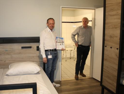 Christian Probst (Head of Sales) und Klaus Rohrbeck (Head of Construction) treiben bei den a&o Hostels das Thema Barrierefreiheit voran.