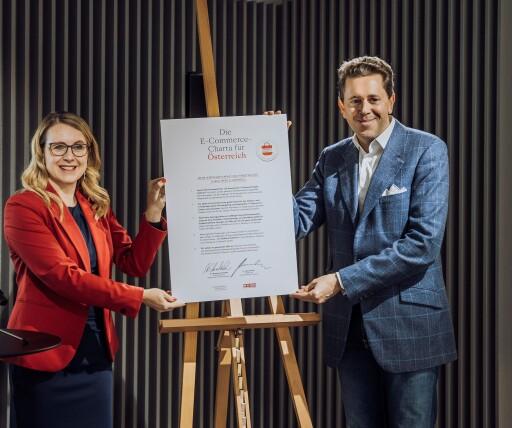 Bundesministerin Margarete Schramböck sowie WKÖ-Präsident Harald Mahrer mit der unterzeichneten E-Commerce-Charta