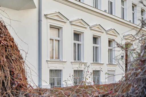 Der Fassade wurde der Herstellung und Montage von Gurtgesimsen, Hauptgesimsen mit Konsolen, Fensterumrandungen und einzelnen Stuckelementen eine besonders schmuckvolle Optik verliehen.