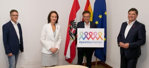 #positivarbeiten Projektleiter Rupp gemeinsam mit IBM und SAP bei der Unterzeichnung mit Bundesminister Rudolf Anschober