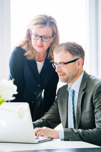 li. Elfi Schenkel (Key Account Managerin, Tagen in Österreich) und re. Thomas Wolfsegger (Herausgeber, Tagen in Österreich)