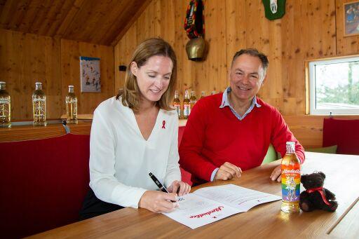 v.l.n.r. Leitung Personalmanagement Sabine Ruso, Almdudler GF Gerhard Schilling