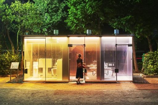 """The Tokyo Toilet / Weltbekannte Architekten gestalten öffentliche Toiletten / Das Projekt ist eine Kooperation zwischen der Nippon Foundation und der Stadt Tokio / Eine Schlüsselrolle übernimmt TOTO / Die """"Tokyo Toilets"""" wurden bis November 2020 fertiggestellt und sorgen im Stadtbild für Aufsehen. Im Bild der Toilettenpavillon von Shigeru Ban. Von außen sind die Wände transparent und Passanten können die Toilettenräume einsehen. Sobald die Verriegelung der Tür von innen betätigt wird, verfärbt sich das Glas als undurchsichtige Wand, so dass der Nutzer von unliebsamen Blicken geschützt ist. / Weiterer Text über ots und www.presseportal.de/nr/146736 / Die Verwendung dieses Bildes ist für redaktionelle Zwecke honorarfrei. Veröffentlichung bitte unter Quellenangabe: """"obs/TOTO Europe GmbH/Satoshi Nagare"""""""