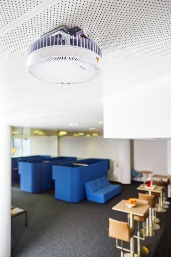 Bild des Qcell Routers an der Decke eines Peak Vienna Büros