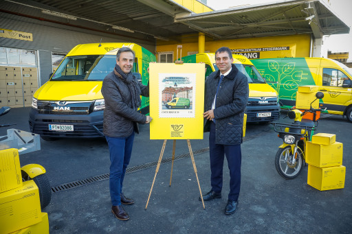 Bild (v.l.): Der Grazer Bürgermeister, Mag. Siegfried Nagl, und DI Peter Umundum, Vorstand für Paket & Logistik der Österreichischen Post AG, bei der Inbetriebnahme des 2.000. E-Fahrzeugs.