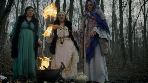 """Drei Hexen führen Rituale am sogenannten Hexenteich durch, einem Ort in den Wäldern von Bukarest, an dem Vlad III. Drăculea hingerichtet wurde. (© National Geographic/Doug Glover) / Weiterer Text über ots und www.presseportal.de/nr/107804 / Die Verwendung dieses Bildes ist für redaktionelle Zwecke honorarfrei. Veröffentlichung bitte unter Quellenangabe: """"obs/National Geographic"""""""