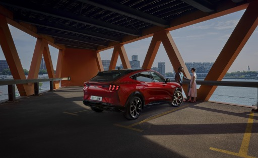 """Kabellose Updates, Over-The-Air (OTA) genannt, halten die Software des voll-elektrischen SUV-Modells zukunftssicher auf dem jeweils aktuellen Stand. Darüber hinaus überzeugt das Elektrofahrzeug mit hohem Komfort und zahlreichen modernen Fahrer-Assistenzsystemen. Ford bietet den neuen Mustang Mach-E wahlweise mit Heck- sowie dank Dual-Elektromotor auch mit Allradantrieb an. Außer der Standard Range- ist zudem die Extended-Range-Batterie lieferbar. Die Markteinführung des Mustang Mach-E ist für Sommrt 2021 geplant. / Weiterer Text über ots und www.presseportal.de/nr/143363 / Die Verwendung dieses Bildes ist für redaktionelle Zwecke honorarfrei. Veröffentlichung bitte unter Quellenangabe: """"obs/Ford Motor Company (Austria) GmbH"""""""
