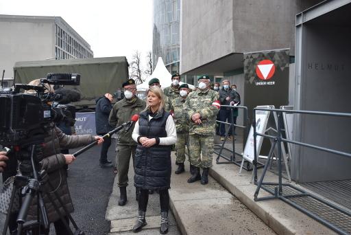 Verteidigungsministerin Klaudia Tanner beim Interview