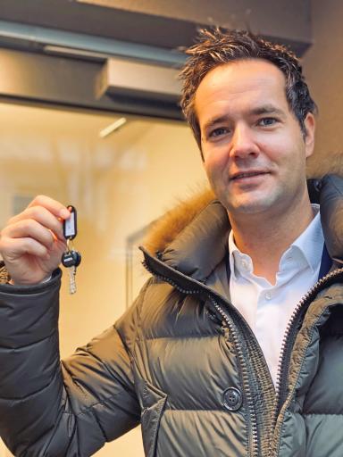 Gerhard Klein von IMMOfair überreichte die Wohnungsschlüssel an die ersten Bewohner.