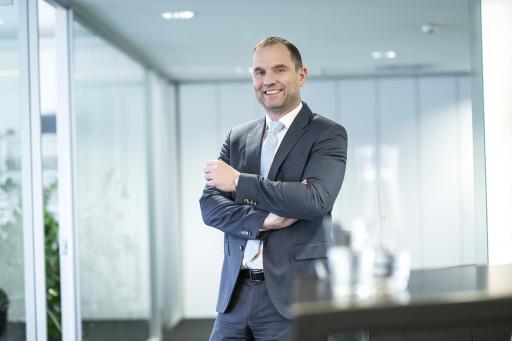 Dipl.-Ing. Thomas Keplinger, Mitglied des Vorstandes APK Vorsorgekasse AG, freut sich über die dreifache Auszeichnung seines Linzer Instituts.