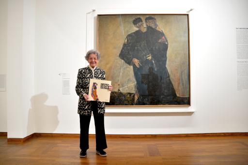 """Elisabeth Leopold vor dem Werk """"Die Eremiten"""" (1912) von Egon Schiele"""