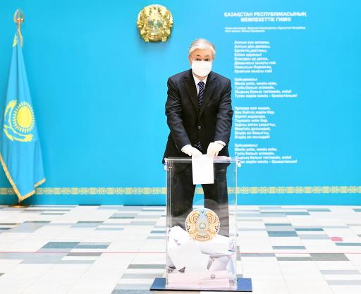 Präsident Kassym-Schomart Tokajew bei der Stimmabgabe