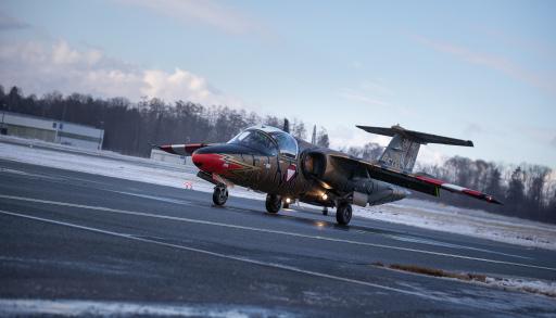 Saab 105 nach der Landung am Weg zu Abstellplatz