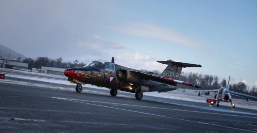 Saab 105 und Alpha Jet nach der Landung in Salzburg am Weg zum Abstellplatz
