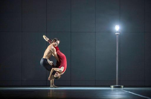 """Nicolas Gläsmann und Madoka Sugai tanzen als Paar in """"Ghost Light"""". Mit Blick auf die geltenden Abstandsregeln dürfen die Tänzer einander nicht anfassen, lediglich verheiratete oder liierte Paare sind davon ausgenommen. / Weiterer Text über ots und www.presseportal.de/nr/9021 / Die Verwendung dieses Bildes ist für redaktionelle Zwecke honorarfrei. Veröffentlichung bitte unter Quellenangabe: """"obs/ARTE G.E.I.E./© SWR/Kiran West"""""""
