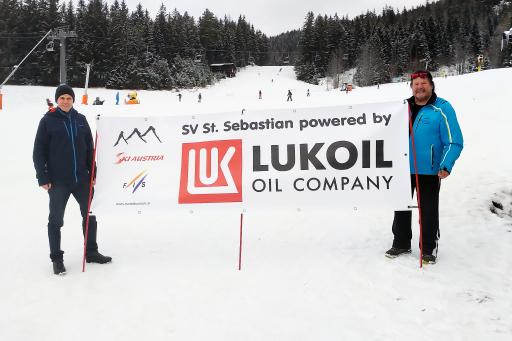 Robert Gulla, CEO von LUKOIL (links) und Hanspeter Brandl, Obmann des SV St. Sebastian (rechts).