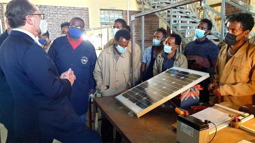 Außenminister Schallenberg lässt sich über die Solartechnik-Ausbildung informieren