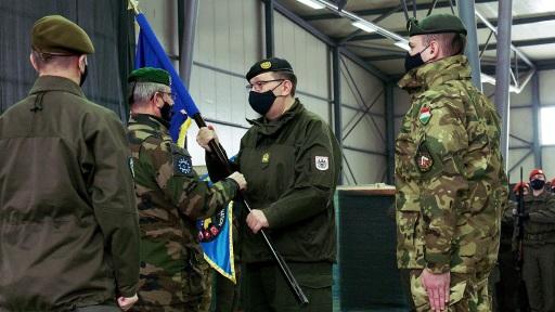 GM Platzer wird das Kommando übergeben (Übergabe der Fahne)