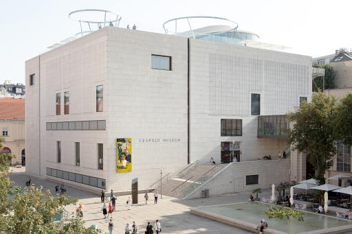 Außenansicht des Leopold Museum mit MQ Libelle auf dem Dach des Museums