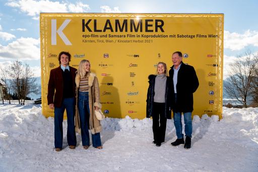 Die besondere Geschichte rund um die Tage seines Olympiasieges 1976 in Innsbruck kommt ab Herbst 2021 weltweit in die Kinos: Franz Klammer und seine Ehefrau Eva mit den beiden Filmdarstellern Julian Waldner und Valerie Huber.